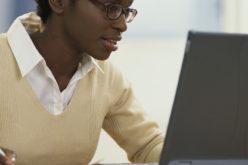 Jovenes aprenden tecnicas de codificacion en Jamaica